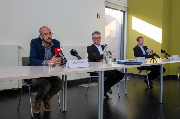 Flemish Healthcare Agency spokesman Joris Moonens, mayor Kris Leaerts and Wim Van Bortel (University of Antwerp) pictured during a press conference regarding a case of malaria in the Flemish village of Kampenhout, Saturday 10 October 2020. (BELGA PHOTO NICOLAS MAETERLINCK)