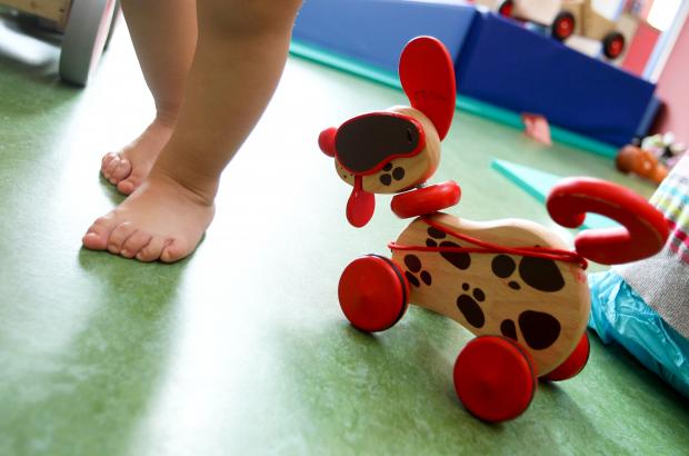 A child wakes past a pull-along toy dog (BELGA PHOTO)