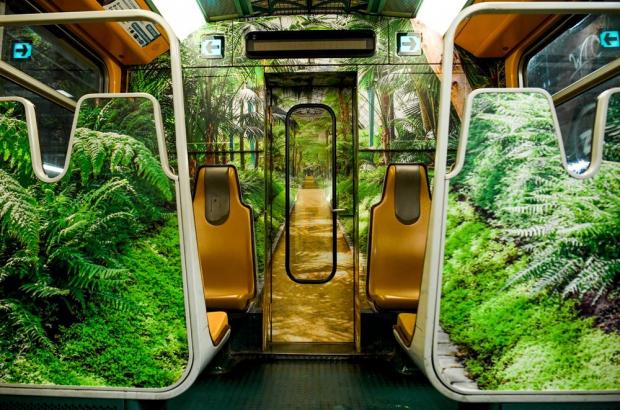 The STIB train featuring designs based on the Royal Greenhouses at Laeken (© STIB/MVIB)