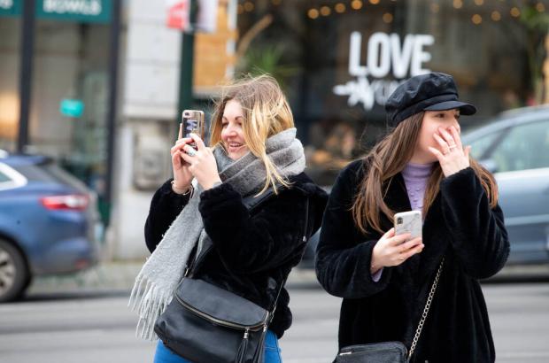 Two young women enjoying discovering Brussels together, Sunday 09 February 2020. (BELGA PHOTO NICOLAS MAETERLINCK)
